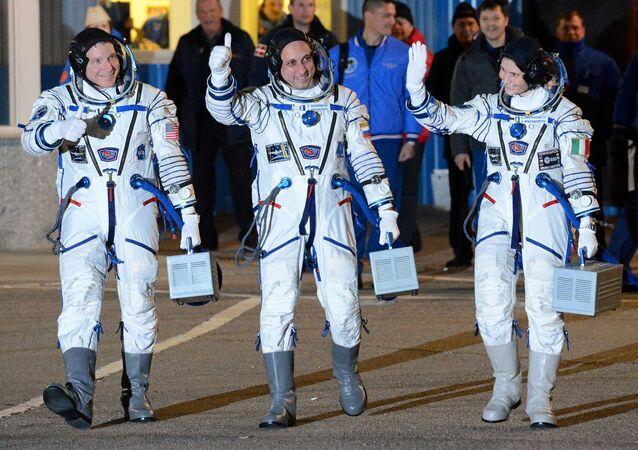 Astronauta NASA Terry Virts, kosmonauta Roskosmosu Anton Szkaplerow i astronauta ESA Samantha Cristoforetti przed wystrzeleniem rakiety nośnej Sojuz-FG