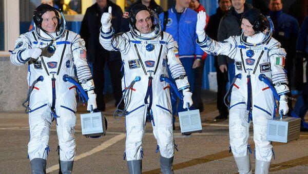 Astronauta NASA Terry Virts, kosmonauta Roskosmosu Anton Szkaplerow i astronauta ESA Samantha Cristoforetti przed wystrzeleniem rakiety nośnej Sojuz-FG - Sputnik Polska