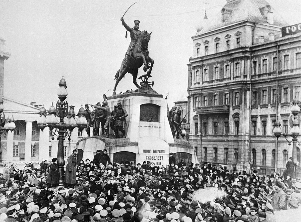 """Plac Twerski w Moskwie w lutym 1917 roku miał nazwę Skobeliowskiego, a na miejscu obecnego pomnika założyciela Moskwy Jurija Dołgorukiego stał pomnik generała Michaiła Skobeliowa, który zyskał sławę w wojnie rosyjsko-tureckiej w latach 1877—1878. Pomnikowi pozostało tylko kilka miesięcy trwania na monumencie, potem zastąpi go """"Obelisk Wolności""""."""