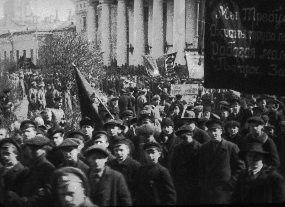 Rewolucyjna młodzież to często niepełnoletni chopcy. Pełnowartościowych robotników zrobiła z nich przede wszystkim wojna i już podczas czwartego roku trwania wojny okazało się, że ci chopcy są nie mniej niż dorośli podatni na rewolucyjną agitację.  Demonstracja w Moskwie z żądaniem ochrony pracy dzieci.