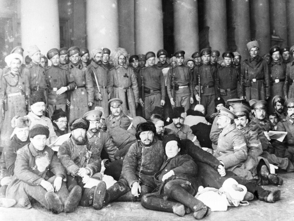 Policjanci w stolicach, obawiając się rewolucyjnych tłumów, chodzili ubrani jak cywile, a często nawet próbowali się ukryć. Jednak zbyt wielu znało ich twarze.  Aresztowani przebrani policjanci pod strażą rewolucyjnych żołnierzy. Piotrograd, 1917 rok.
