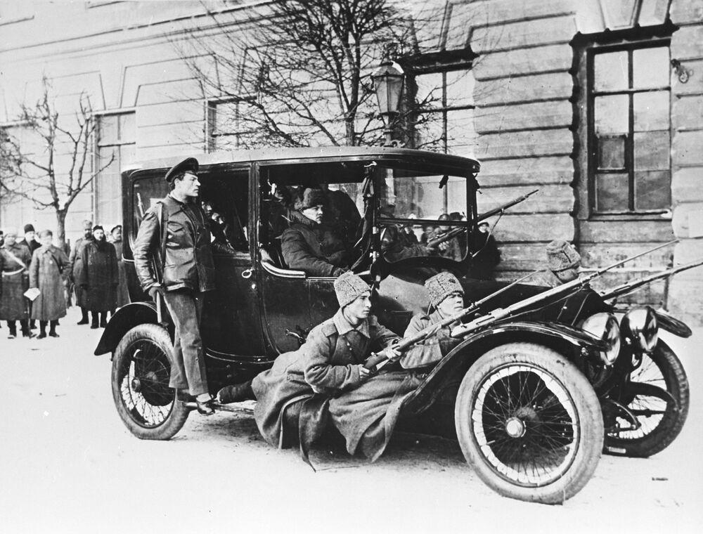 Jedno z pierwszych działań rewolucjonistów to wywłaszczenie, czyli po prostu grabież. Na przykład, wczorajsi żołnierze przejmują na swoje potrzeby jeden z niewielu w stolicy samochodów – luksus, o którym żaden z nich nie mógł wcześniej nawet pomarzyć.  Rewolucjoniści w samochodzie Dumy z uzbrojoną ochroną w pierwszych dniach rewolucji lutowej.
