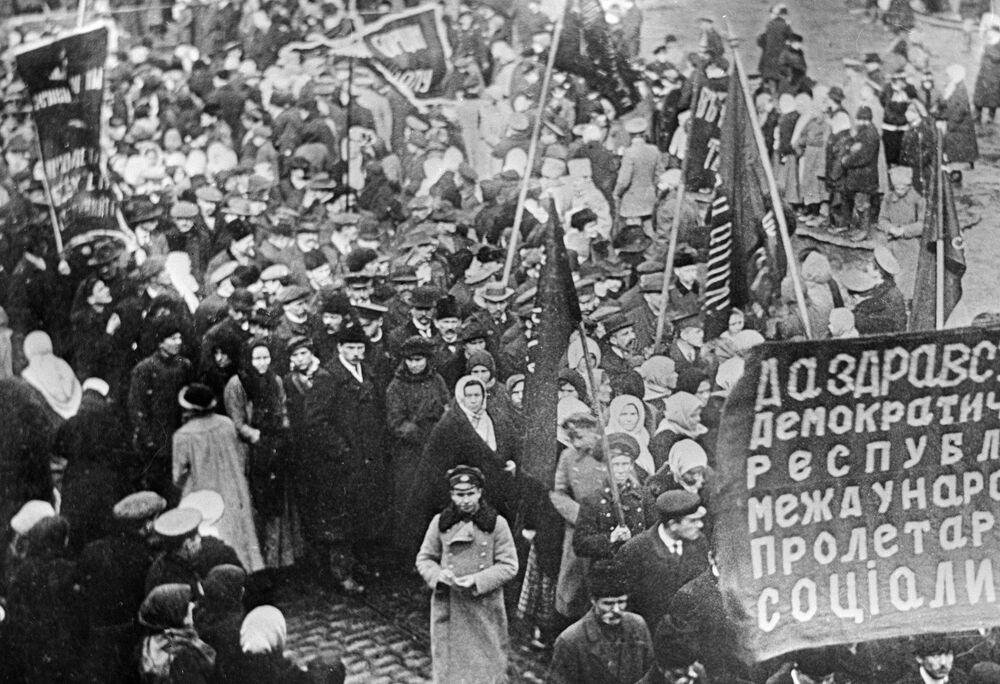 Demonstracja robotników w Charkowie  w 1917 roku.
