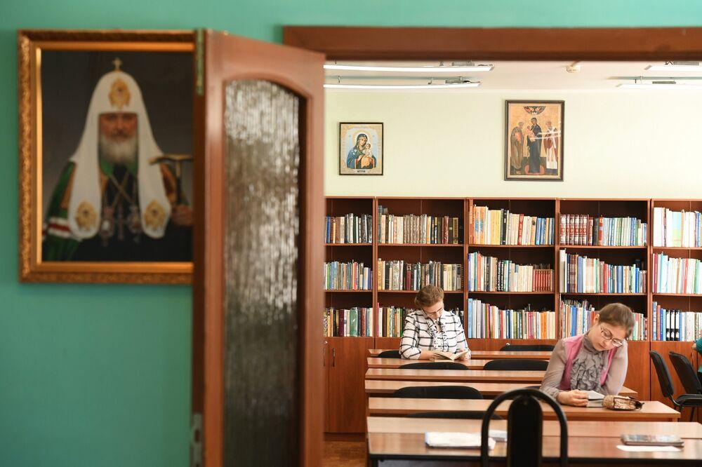 """W """"Ukojeniu wychowuje się 58 dziewczynek w wieku od 2 do 17 lat. Na zdjęciu – biblioteka szkolna domu dziecka przy klasztorze."""