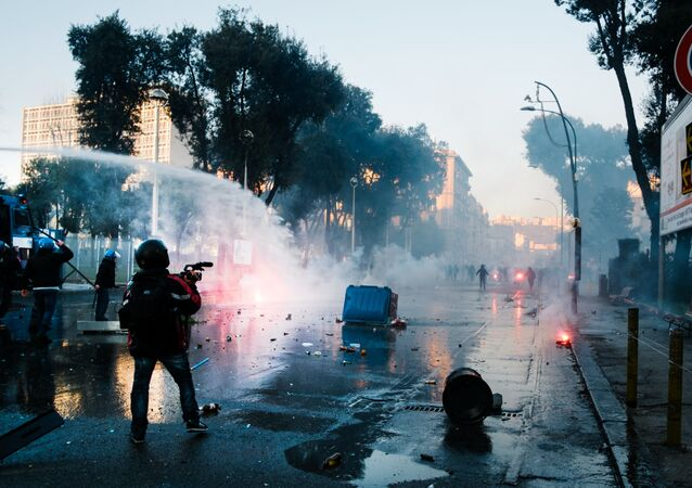 Wśród protestujących znaleźli się anarchiści, którzy odpowiadają za akty wandalizmu