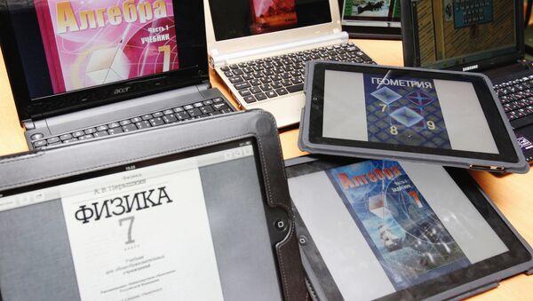 Laptopy i tablety z różnymi podręcznikami elektronicznymi - Sputnik Polska
