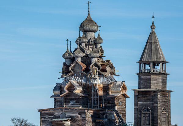 Cerkiew Przemienienia Pańskiego i dzwonnica na terenie muzeum-rezerwatu Kiży. - Sputnik Polska