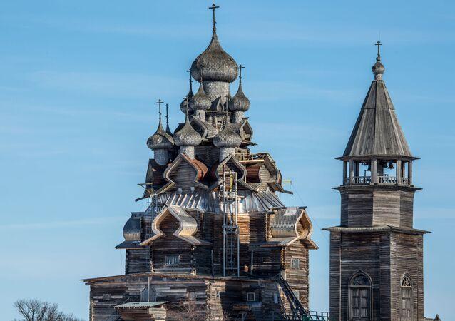 Cerkiew Przemienienia Pańskiego i dzwonnica na terenie muzeum-rezerwatu Kiży.