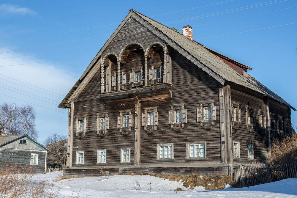 Zabytkowy karelski dom we wsi Siennaja Guba na wyspie Bojszoj Kliminieckij.