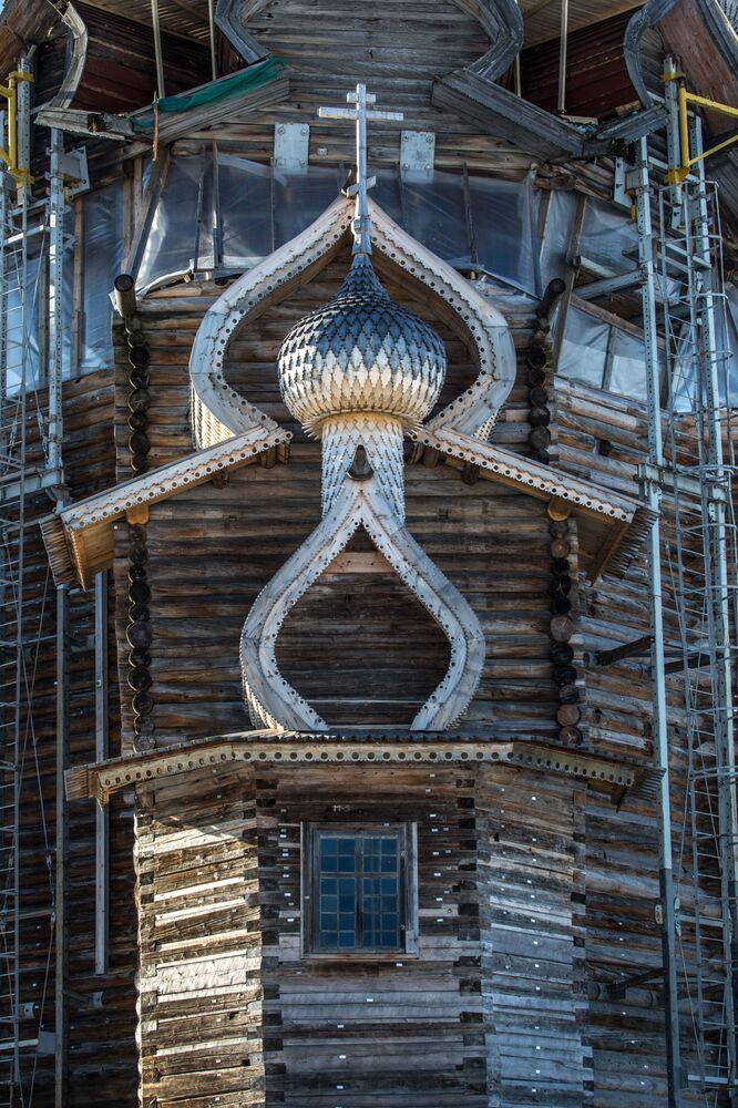 Kopuły cerkwi Przemienienia Pańskiego na terenie muzeum-rezerwatu Kiży.