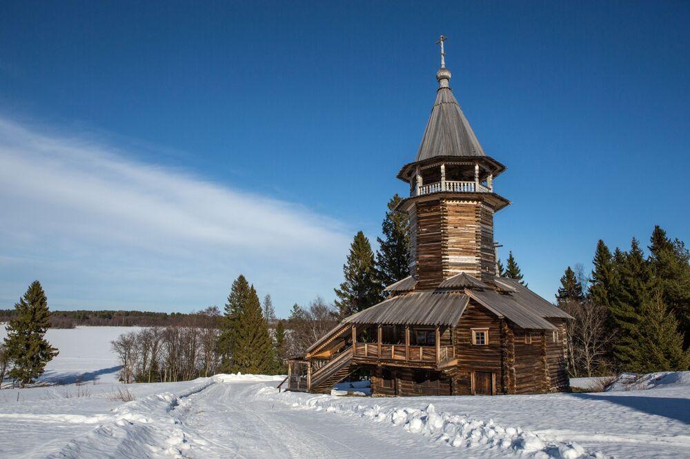 Kaplica Trzech Biskupów ze wsi Kawgora na terenie muzeum-rezerwatu Kiży.
