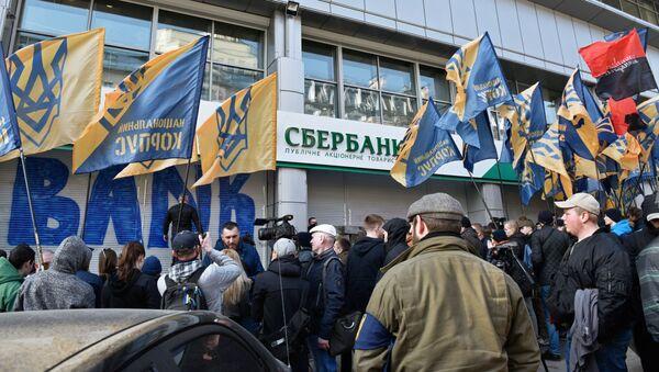Radykałowie blokują wejście do Sbierbanku w Kijowie - Sputnik Polska
