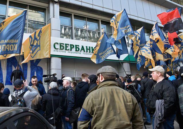 Radykałowie blokują wejście do Sbierbanku w Kijowie