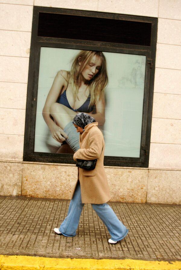 Kobieta w hidżabie na ulicy hiszpańskiej eksklawy Melilla. - Sputnik Polska