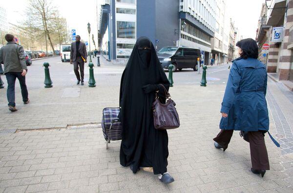 Muzułmanka w nikabie na ulicy w Brukseli. - Sputnik Polska