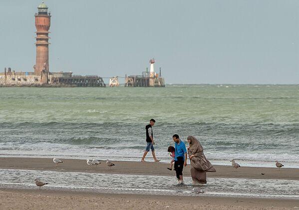 Kobieta w hidżabie na plaży we Francji. - Sputnik Polska