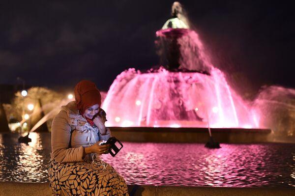 Dziewczyna w hidżabie w poblizu fontanny we francuskim mieście Angers. - Sputnik Polska