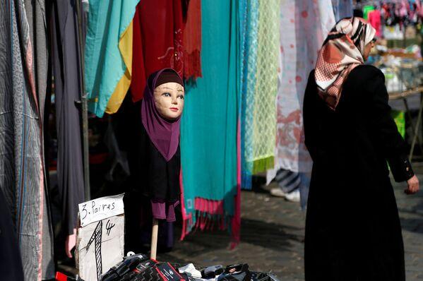 Manekin w hidżabie w Brukseli. - Sputnik Polska