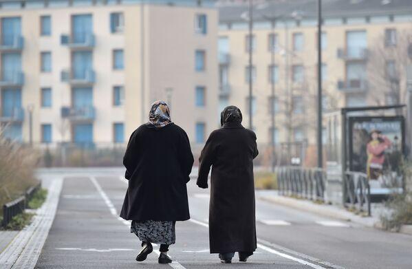 Kobiety w hidżabach spacerują po jednej z ulic Strasburga. - Sputnik Polska