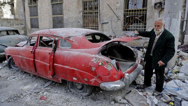 Kolekcjoner Mohammad Anis przy jednym z przedmiotów swojej kolekcji, Aleppo - Sputnik Polska