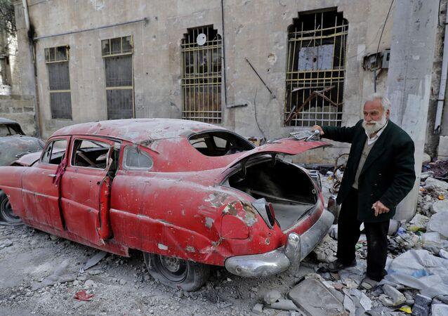 Kolekcjoner Mohammad Anis przy jednym z przedmiotów swojej kolekcji, Aleppo