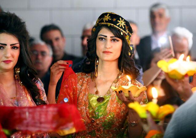 Syryjsko-kurdyjskie modelki podczas pokazu tradycyjnej kurdyjskiej mody w mieście Al-Kamiszli.
