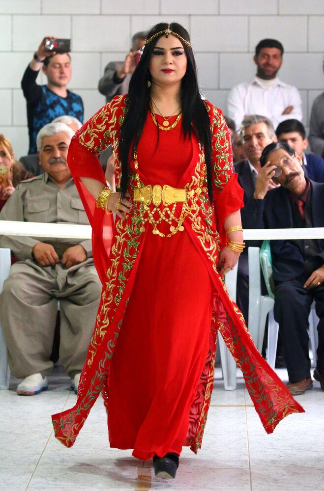 Syryjsko-kurdyjska modelka podczas pokazu tradycyjnej kurdyjskiej mody w mieście Al-Kamiszli.