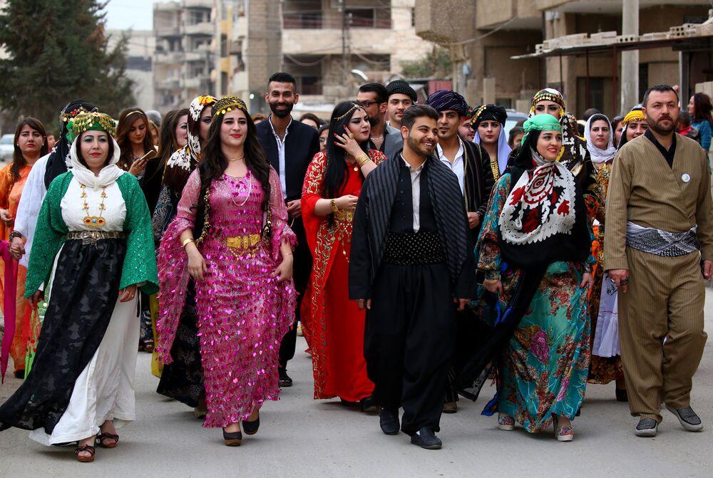 Syryjscy kurdowie podczas pokazu tradycyjnej kurdyjskiej mody w mieście Al-Kamiszli.