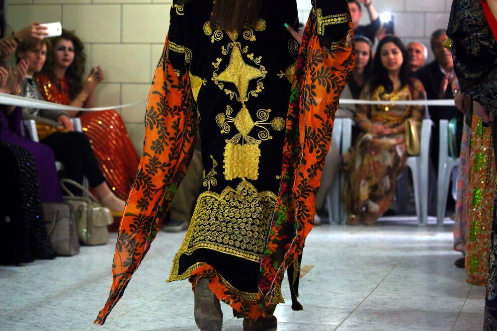 Modelka podczas pokazu tradycyjnej kurdyjskiej mody w mieście Al-Kamiszli.