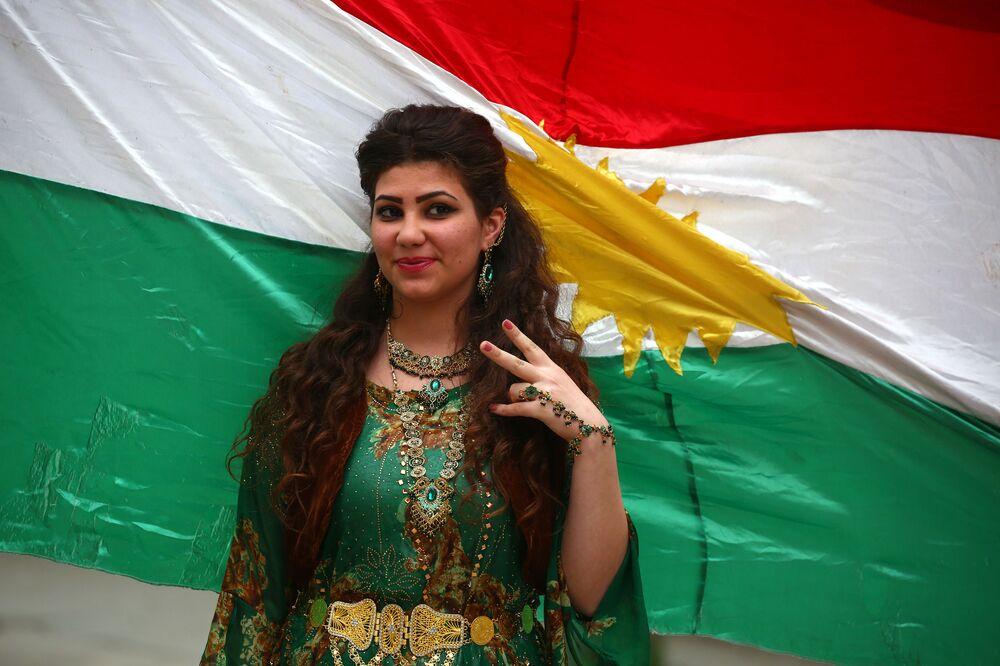 Syryjska kurdyjka podczas pokazu tradycyjnej kurdyjskiej mody w mieście Al-Kamiszli.