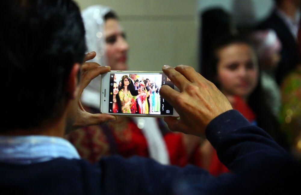 Odwiedzający pokazu tradycyjnej kurdyjskiej mody w mieście Al-Kamiszli.