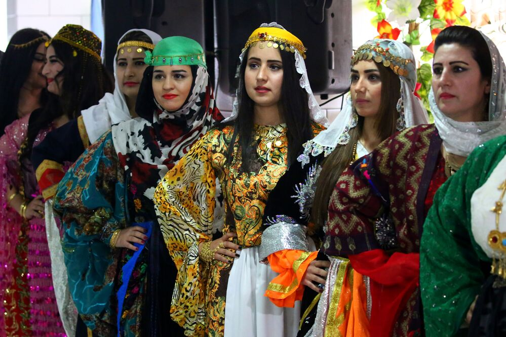 Syryjskie kurdyjki podczas pokazu tradycyjnej kurdyjskiej mody w mieście Al-Kamiszli.