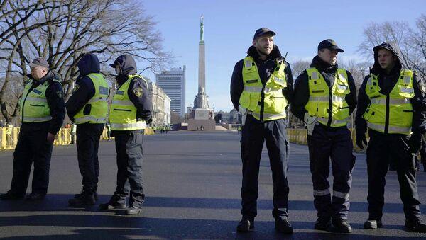 Policja w oczekiwaniu na uczestników Dnia Legionistów w centrum Rygi - Sputnik Polska