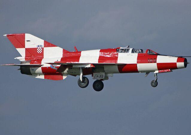 Myśliwiec MiG-21 w barwach chorwackiej flagi. Zdjęcie archiwalne