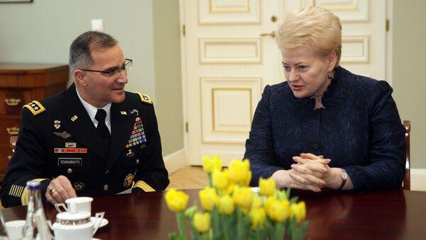 Szef Europejskiego Dowództwa USA (EUCOM) oraz sił zbrojnych NATO w Europie Curtis Scaparrotti i prezydent Litwy Dalia Grybauskaitė - Sputnik Polska