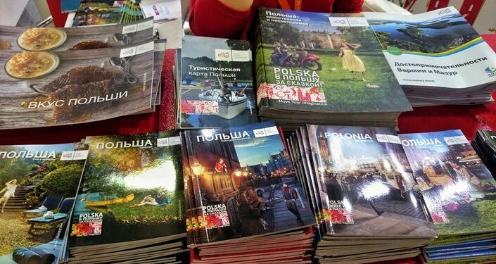 Broszury, promujące Polskę na stoisku POTu