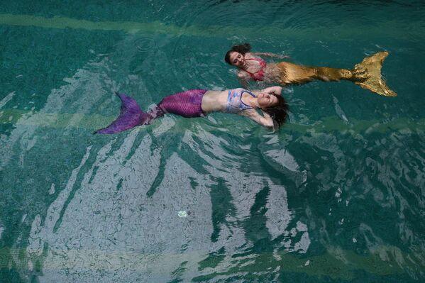 W Moskwie działa szkoła, której wykładowcy obiecują wszystkich chętnych nauczyć pływać jak syrenki. - Sputnik Polska
