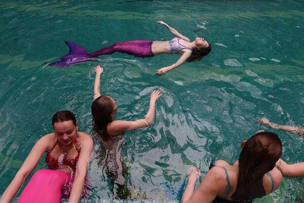 """Ze wszystkich istniejących styli pływackich maksymalnie zblizony do stylu pływania syren jest """"delfin"""", który jest wariacją stylu """"motylkowego"""". - Sputnik Polska"""