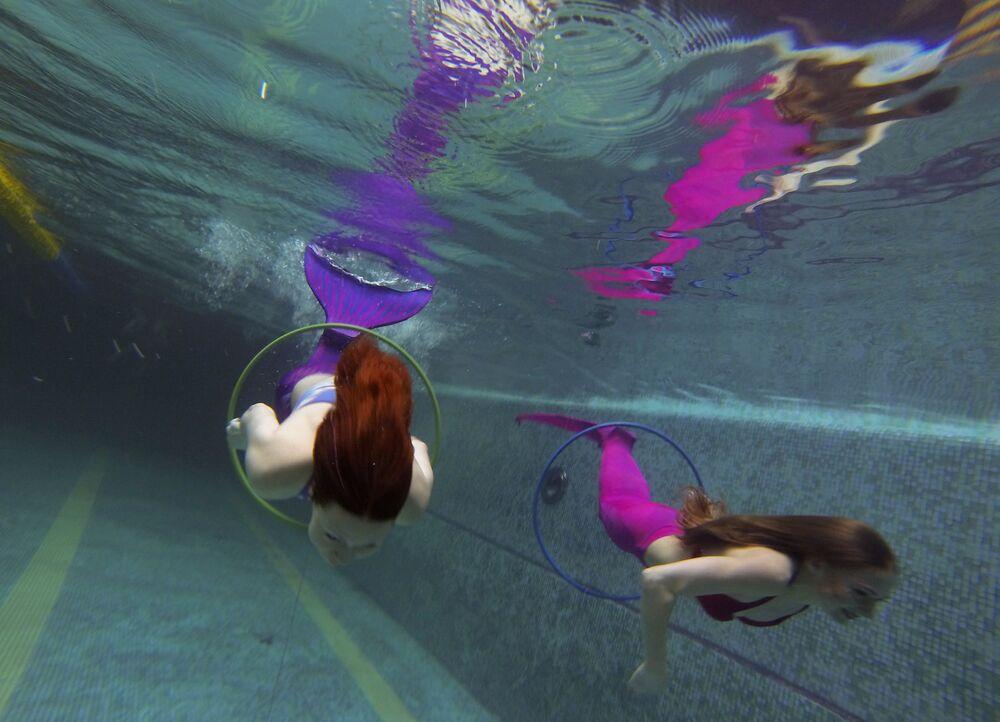 Podczas pływania z syrenim ogonem ruchy ciała zaczynają się od ramion, potem przechodzą do bioder, kolan i kończą się gwałtownych ruchem stóp w dół.