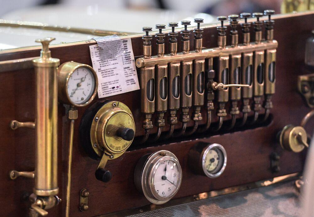 Samochód Mercedes Simplex 28/32PS (1905 rok). Drewno, brąz, emaliowane cyferblaty - wnętrza samochodów z początku XX wieku były unikalne i najczęściej przygotowywane na zamówienie.