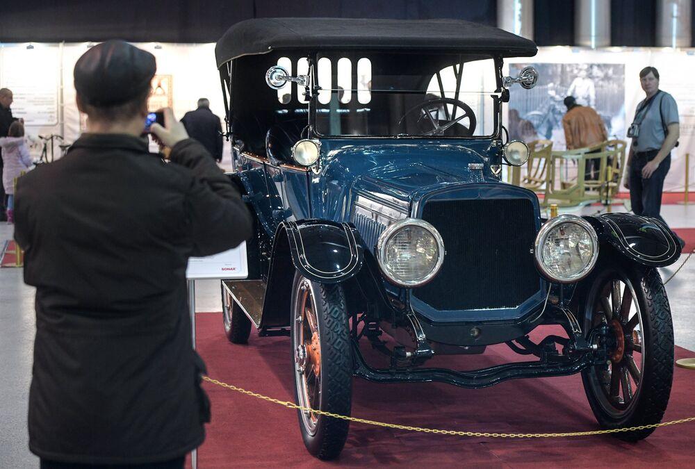 """Samochód Lozier Type 77 (1912 rok). Nawet luksusowe samochody najczęściej robiono w formie otwartej, jako przedłużenie """"konnej cywilizacji"""". W latach 1930-ych zaczęły przeważać zamknięte nadwozia."""