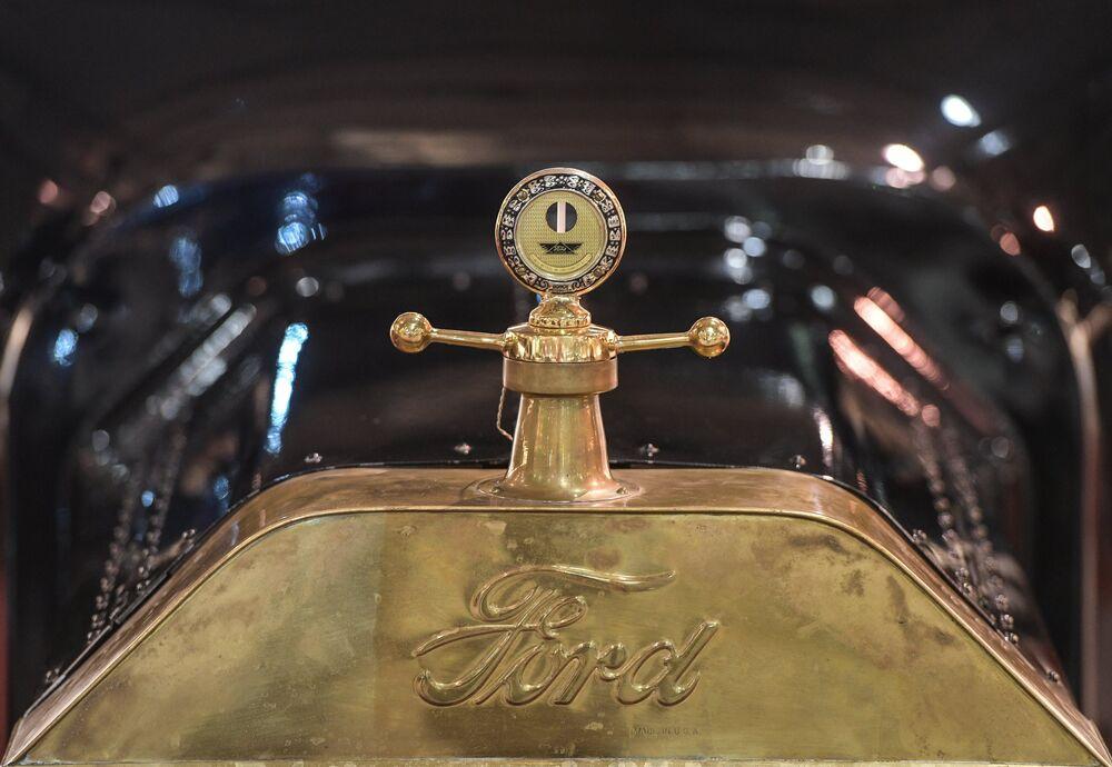 """Samochód Ford. Ludowe """"fordy"""" modelu T były produkowane wyłącznie w czarnym kolorze. Dla tych, którzy chcieli się wyróżniać były maskotki – figurki zdobiące przód samochodu."""