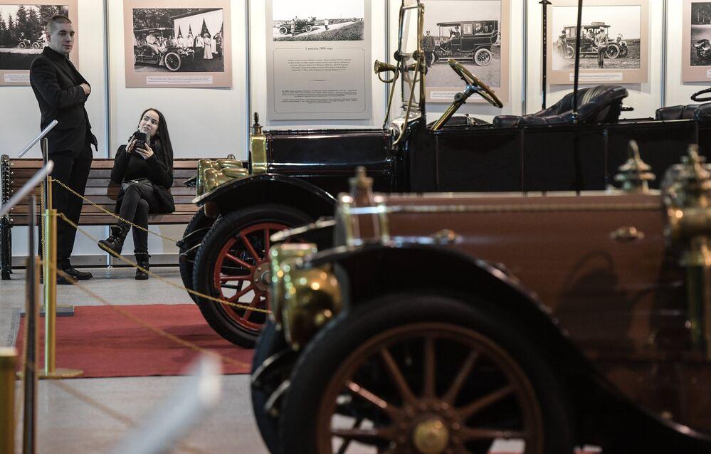 """Wystawa starych samochodów """"Pierwsze silniki Rosji"""" jest najszerszym pokazem automobili do 1917 roku w ciągu ostatnich lat w Rosji."""