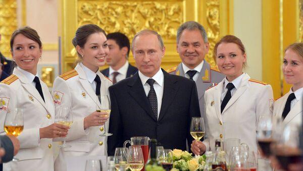 Prezydent Rosji Władimir Putin i minister obrony Siergiej Szojgu podczas spotkania z absolwentami szkoły wojskowej - Sputnik Polska
