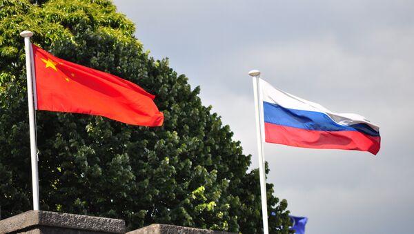 Rosyjski i chiński flagi - Sputnik Polska