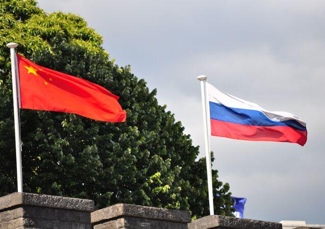 Rosyjski i chiński flagi