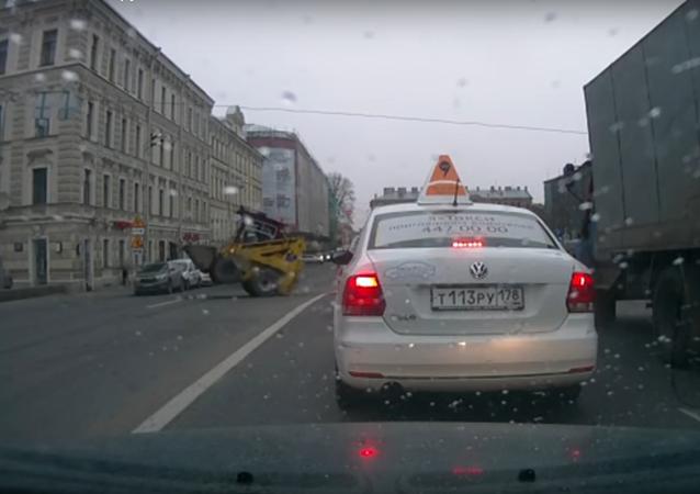 W Petersburgu spycharka stanęła dęba pośrodku drogi