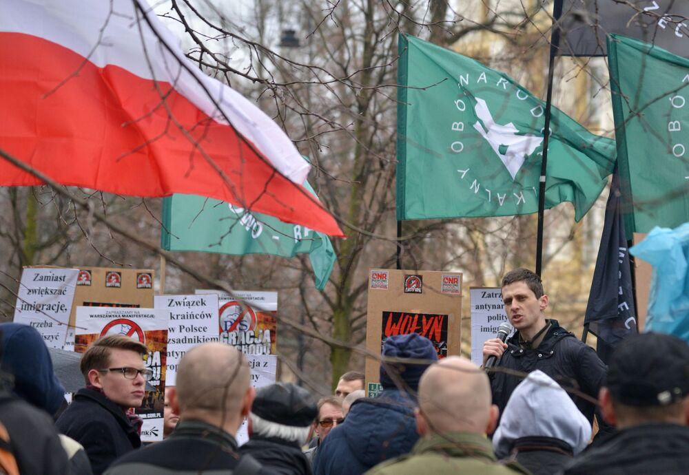 Uczestnicy marszu w Warszawie przeciwko zwiększeniu liczby ukraińskich migrantów w Polsce.