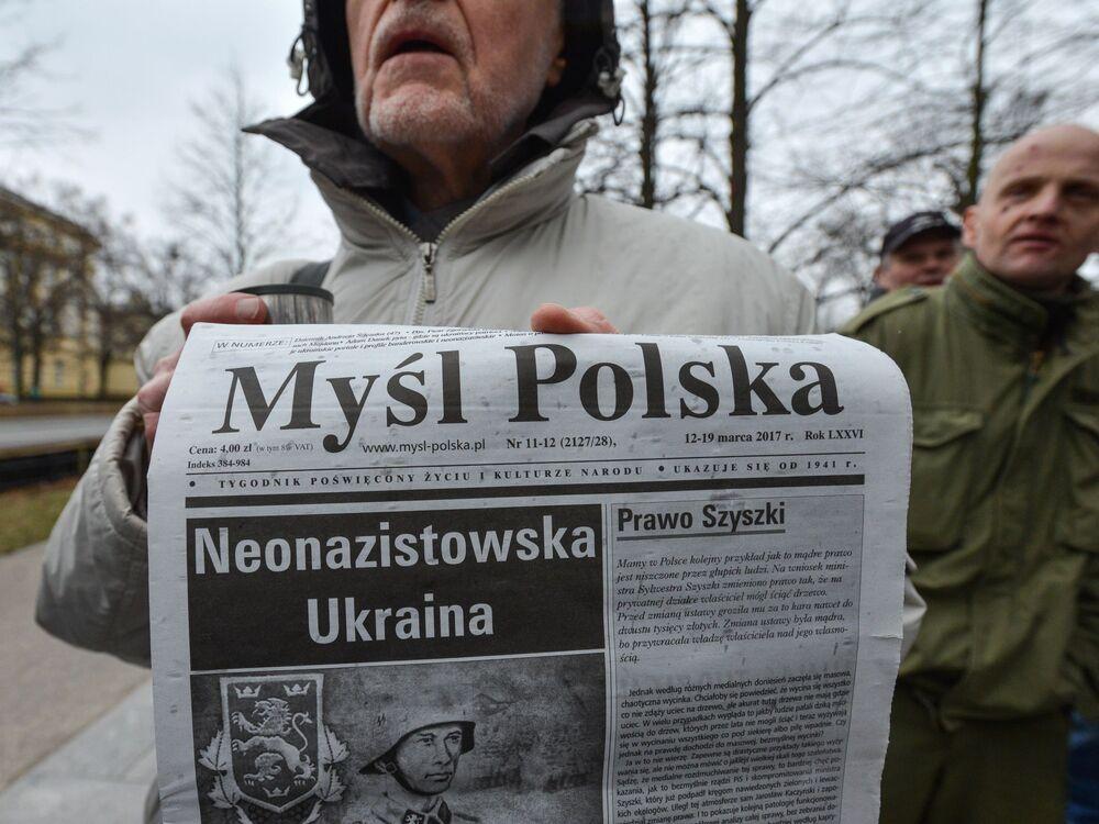 Uczestnik marszu w Warszawie przeciwko zwiększeniu liczby ukraińskich migrantów w Polsce.