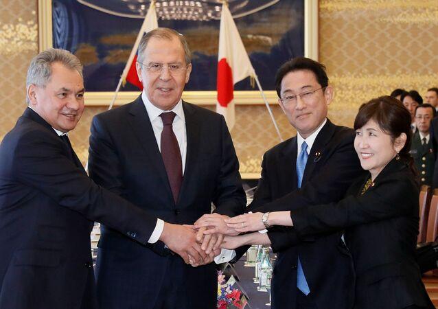 MInister obrony FR Siergiej Szojgu, minister spraw zagranicznych FR Siergiej Ławrow, minister spraw zagranicznych Japonii Fumio Kisida i minister obrony Japonii Tomomi Inada na spotkaniu w Tokio.